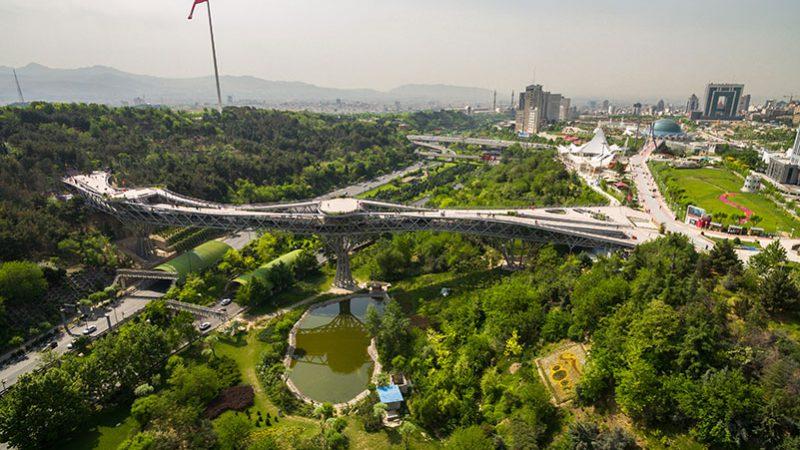 پل طبیعت در میان اراضی عباس آباد تهران